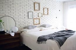 A falon elhelyezett üres képkeretek is dekoratívak