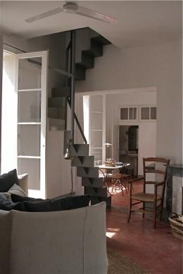 A hálószobába modern acél lépcső vezet