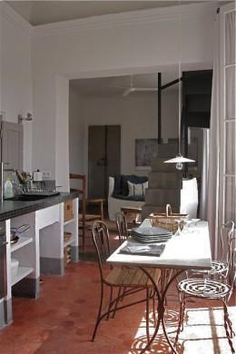 A provance-i lakás étkezője és konyhája