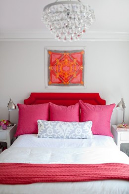 A sálak és textilek bensőségessé teszik a szobát