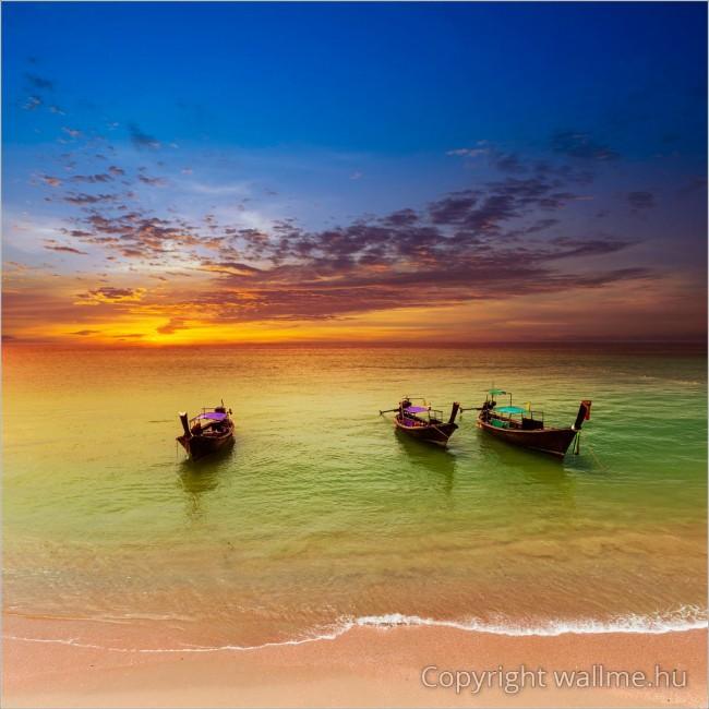 Thaiföldi tengerpart fotó csónakokkal