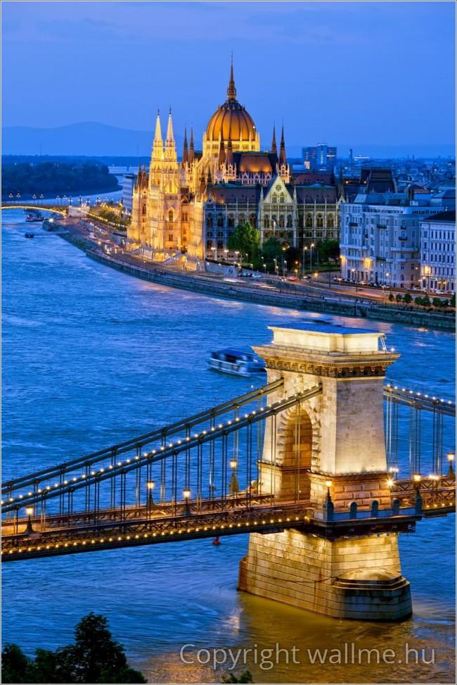 Esti Budapest látkép a Széchenyi lánchíddal, háttérben a Parlament