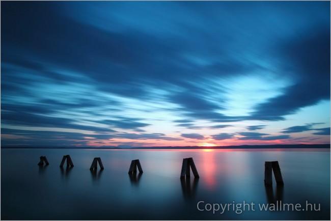 Meditatív, naplementés tengerparti tájkép fotó
