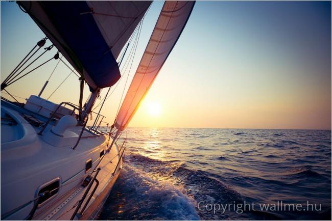 Fotó egy vitorlás hajó tatjáról.