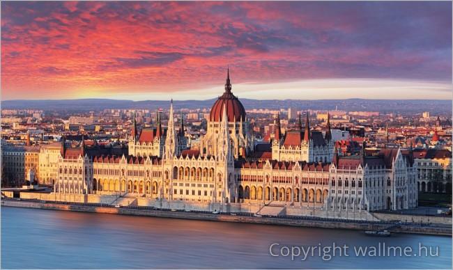 Parlament az alkonyati fényben. Lenyűgöző panorámafotó