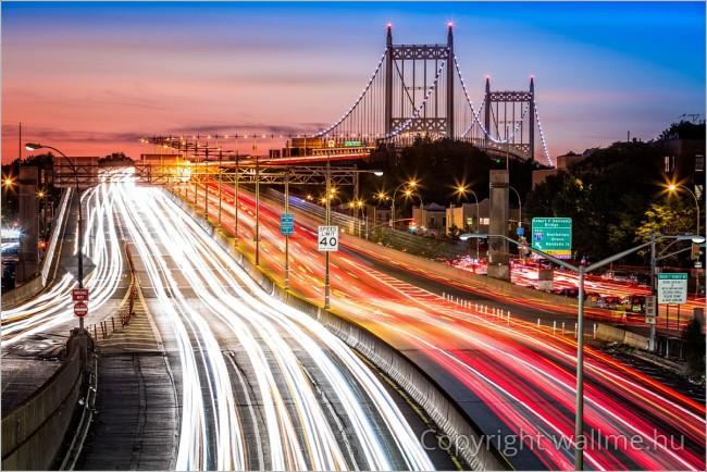 Modern színvilágú és fényhatású fotó a New York-i Triboro híd éjszakai forgalmáról
