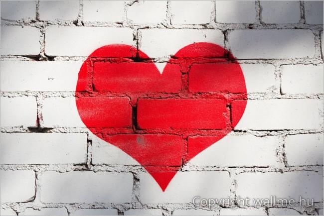 Piros szíves téglafal